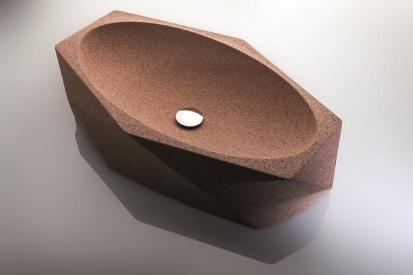 C'est un bel art de découper parfaitement un lavabo design en liège. Le processus consiste à broyer le liège brut afin qu'il soit lisse au toucher, tout en conservant la granularité naturelle du matériau.