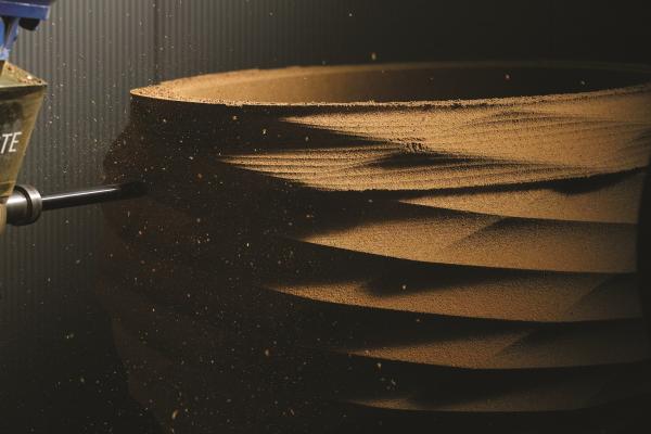 Le processus de production de notre lavabo colonne design commence par l'usinage d'un bloc de liège solide avec un robot à sept axes capable de découper des formes très complexes et de grande taille.