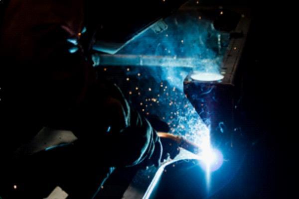 Pour créer une base digne du plateau exclusif, l'acier le plus fin est coupé et soudé à la main.