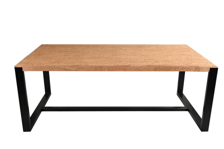 Ce banc design en métal luxueux est conçu spécifiquement pour compléter notre table de salle à manger Casca